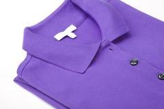 Chemise de polo violette Photographie stock