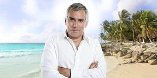 Chemise de touristes aînée de blanc de vacances d'été de plage Photo libre de droits