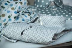 chemise grise dans le magasin de mode pour la salle d'exposition des hommes photos stock