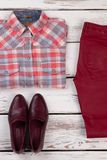 Chemise, jeans et chaussures rouges image stock