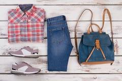 Chemise, jeans, sac à dos et espadrilles Images stock