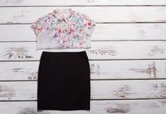 Chemise légère et jupe noire Images stock