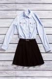 Chemise légère et jupe noire Photographie stock libre de droits