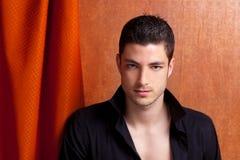 Chemise noire ouverte de verticale espagnole latine d'homme Images stock