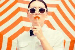 Chemise och solglasögon för stilfull härlig kvinna bärande vit Royaltyfri Foto