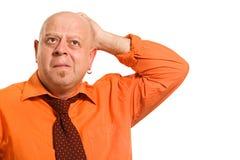 chemise orange d'homme pensive image stock