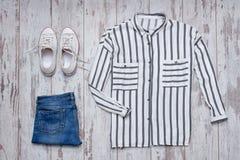 Chemise rayée blanche, espadrilles blanches et jeans concept à la mode Photos stock