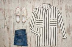 Chemise rayée blanche, espadrilles blanches et jeans concept à la mode Photo libre de droits