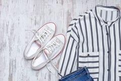 Chemise rayée blanche et espadrilles blanches concept à la mode Photos stock