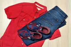 Chemise rouge, espadrilles, jeans, mode à la mode, vue supérieure Photographie stock libre de droits