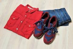 Chemise rouge, espadrilles, jeans, mode à la mode, vue supérieure sur la table en bois Photos stock