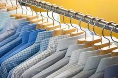 Chemise sur des cintres Photographie stock