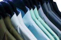 Chemises accrochant sur un cintre Photo stock