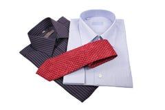 Chemises bleues et noires avec la relation étroite rouge Image libre de droits