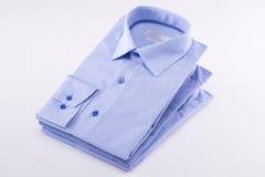 Chemises classiques du ` s d'hommes empilées images stock