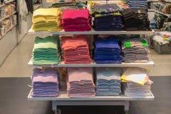 Chemises colorées Photos stock