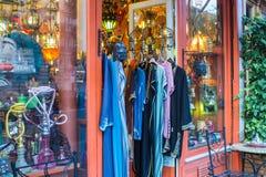 Chemises colorées accrochant la boutique asiatique est extérieure à Paris, France Photographie stock libre de droits