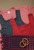 Chemises colorées et écharpes et perles traditionnelles de khmer Images stock