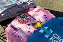 Chemises de campagne et autocollants Clinton 2016 en vente Photographie stock libre de droits