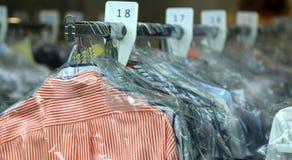 Chemises de nettoyage à sec sur des cintres dans le nettoyage chimique image libre de droits