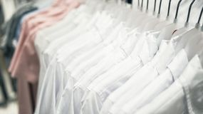Chemises du ` s d'hommes blancs sur des cintres Photos stock