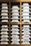 Chemises empilées sur une étagère dans un magasin Image stock