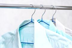 Chemises sur des brides de fixation image libre de droits