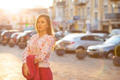 Chemisier de modèle à la mode de brune et veste de port de se tenir posant avec la lumière égalisante molle L'espace pour le text photo stock