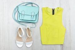 Chemisier de vert de chaux, espadrilles blanches et sac à main Conce à la mode Photo libre de droits