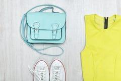 Chemisier de vert de chaux, espadrilles blanches et sac à main Conce à la mode Images stock