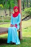 Chemisier et hijab d'usage de dame de Muslimah Photographie stock