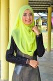 Chemisier et hijab d'usage de dame de Muslimah Photo stock