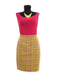 Chemisier rose et jupe de plaid jaune au néon sur le mannequin. Photographie stock