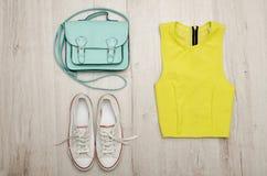 Chemisier vert clair, espadrilles blanches et sac à main concept à la mode Fond en bois Photographie stock libre de droits