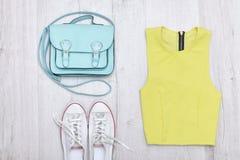 Chemisier vert clair, espadrilles blanches et sac à main concept à la mode Photographie stock