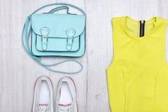 Chemisier vert clair, espadrilles blanches et sac à main concept à la mode Fond en bois Photos libres de droits