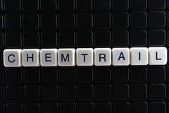 Chemtrail-Text-Wortkreuzworträtsel Alphabetbuchstabe blockiert Spielbeschaffenheitshintergrund Schwarzer Hintergrund Stockfotografie