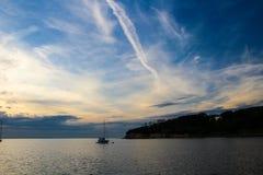 Chemtrails in bello cielo Immagini Stock Libere da Diritti