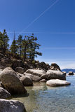 Chemtrails over Meer Tahoe stock foto