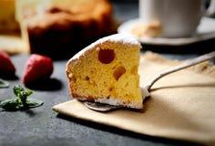 Chen-kleiner Kuchen auf einem Hintergrund einer Leinenserviette, der Minze und der Erdbeere Lizenzfreie Stockfotografie