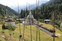 Chendebji Chorten在Gangtey和Jakar (不丹)之间的乡下被修造了 图库摄影