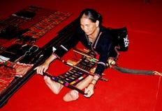 Chengdu, Κίνα: Γυναίκες που εργάζονται με έναν αργαλειό χεριών Στοκ Εικόνες