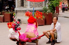 CHENGDU, στις 17 Αυγούστου της ΚΙΝΑΣ: Παλαιός έμπορος σε αρχαίο Hakka Luodai β Στοκ Εικόνες