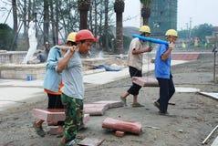 chengdu byggnadsarbetarear Arkivfoton