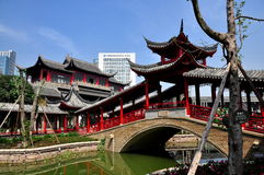 Chengdu, China: Behandelde Brug in Lange Tan Water Village Royalty-vrije Stock Afbeelding