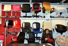 Chengdu, China: Cadeiras do escritório no Superstore de IKEA Imagens de Stock Royalty Free