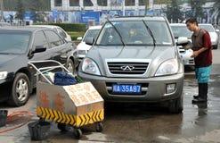 Chengdu, China: Carro de lavagem do homem imagem de stock