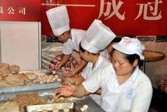 Chengdu, China: Cozinheiros chefe que fazem bolos de lua Fotos de Stock