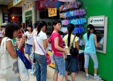 Chengdu, China: Gente en la línea para la máquina de la atmósfera fotos de archivo