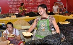 Chengdu, China: Glimlachende Vrouw bij het Festival van het Voedsel Stock Afbeelding